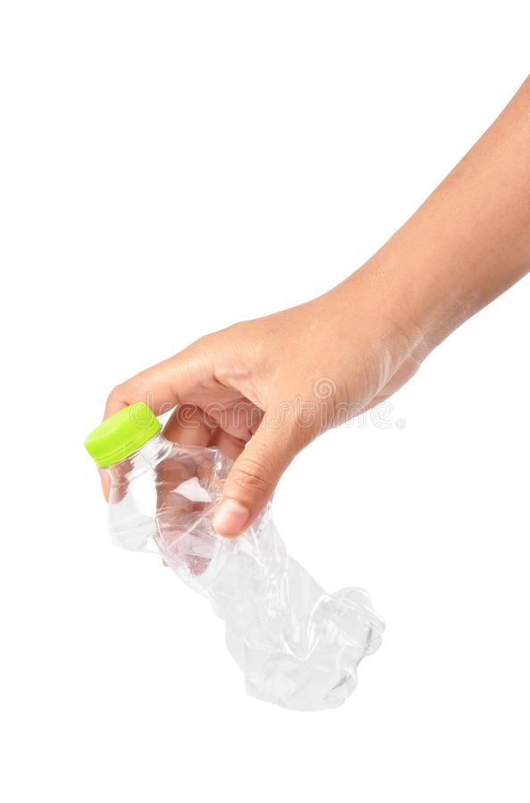 Feche acima da mão que joga a garrafa plástica vazia imagens de stock