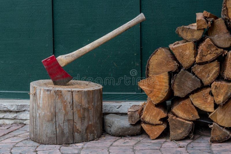 Feche acima da madeira e do machado do fogo foto de stock