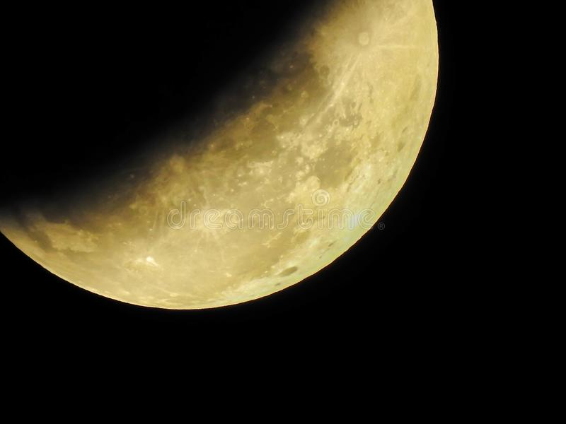 Feche acima da meia lua azul durante o eclipse lunar e um supermoon todos foto de stock