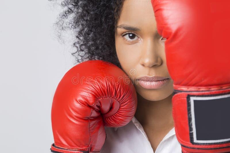 Feche acima da menina afro-americano séria com as luvas de encaixotamento vermelhas fotos de stock royalty free