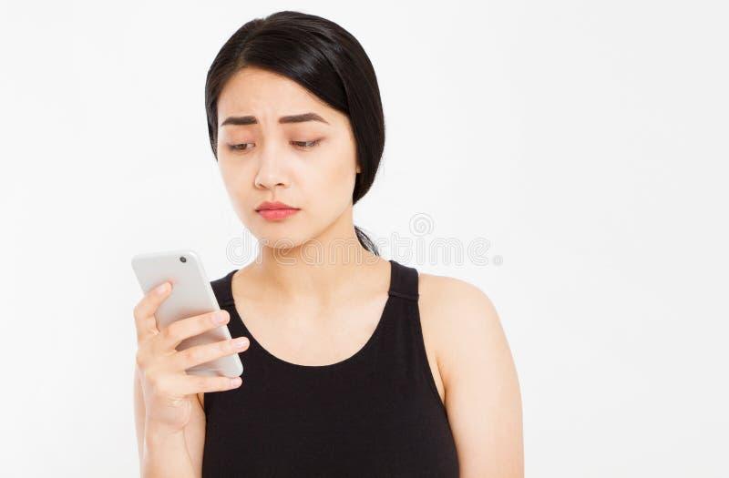 Feche acima - da menina asiática bonita elegante que fala com o alguém no telefone celular imagem de stock royalty free