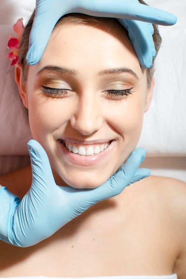 Feche acima da menina atrativa 'sexy' da jovem senhora bonita com os grandes cuidados dentários que têm o divertimento em procedi foto de stock