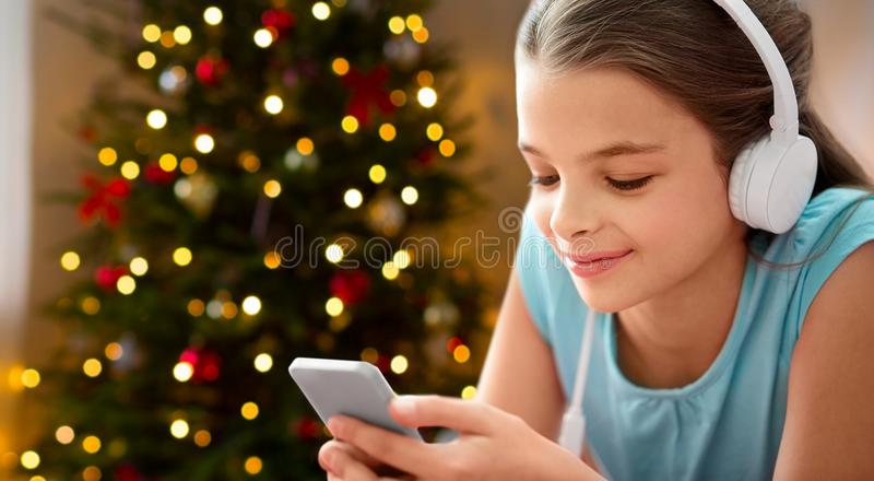 Feche acima da menina com smartphone e fones de ouvido fotos de stock royalty free