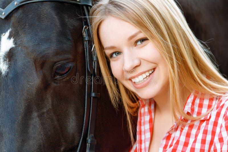 Feche acima da menina de sorriso com o cavalo imagens de stock