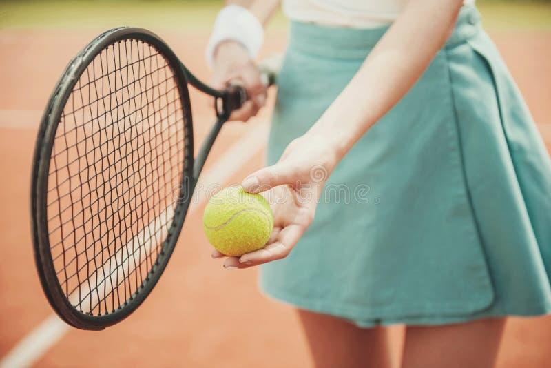 Feche acima da menina no campo de tênis com a raquete na saia imagens de stock royalty free