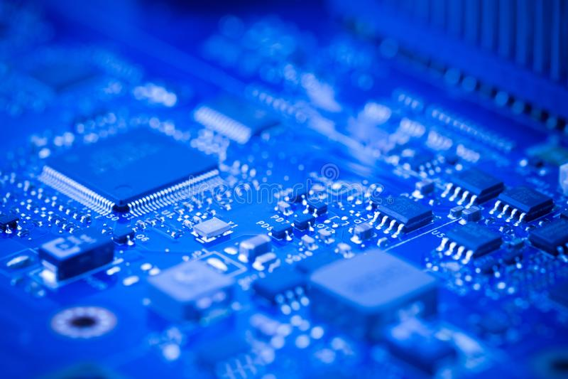 Feche acima - da microplaqueta em um cartão-matriz da placa de circuito do computador fotos de stock