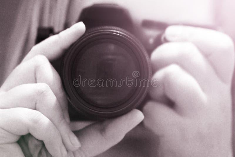 Feche acima da moça com câmera do vintage imagens de stock
