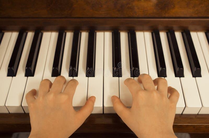 Feche acima da moça que joga o piano em casa fotos de stock