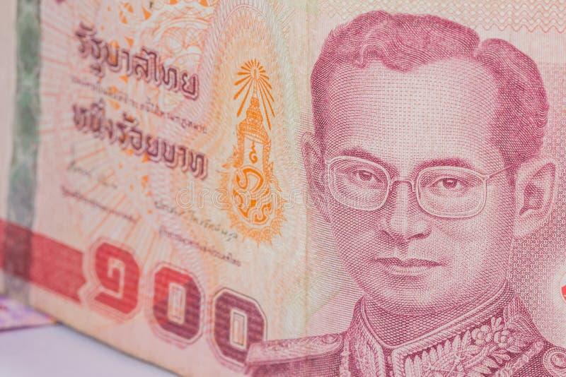 Feche acima da moeda de Tailândia, baht tailandês com as imagens do rei de Tailândia Denominação de 100 bahts fotografia de stock royalty free