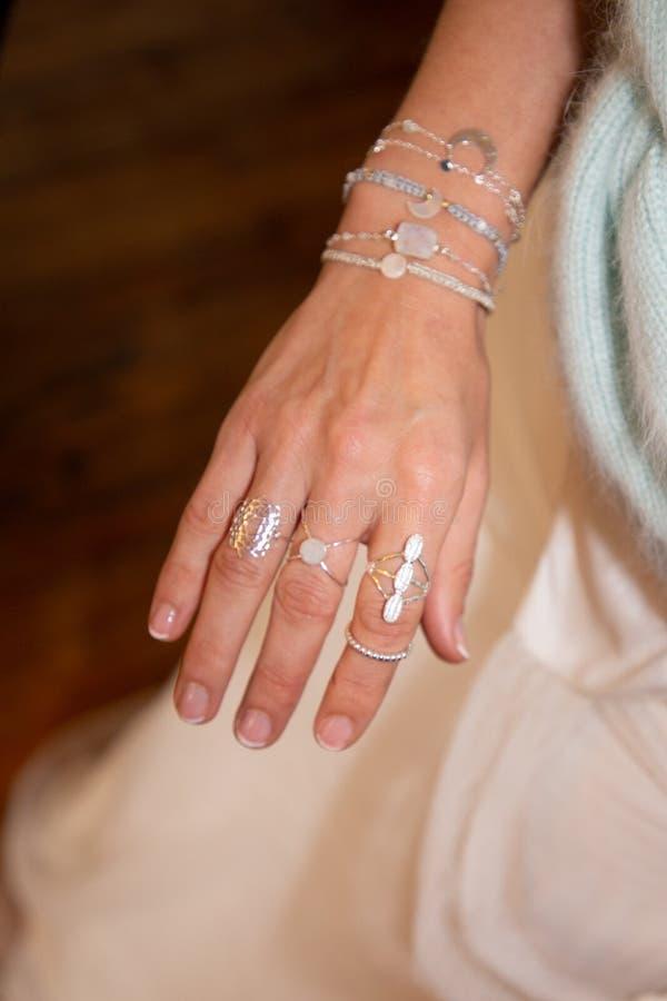Feche acima da mulher bonita com anel e bracelete imagens de stock