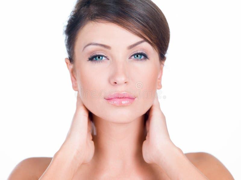Feche acima da mulher bonita nova ambas as mãos no pescoço fotografia de stock royalty free