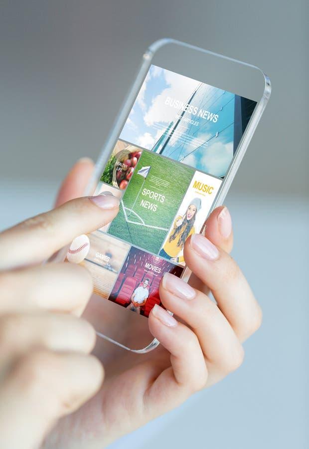 Feche acima da mulher com as páginas da notícia no smartphone imagem de stock royalty free