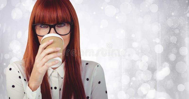 Feche acima da mulher com o copo de café sobre a cara contra o bokeh branco imagem de stock