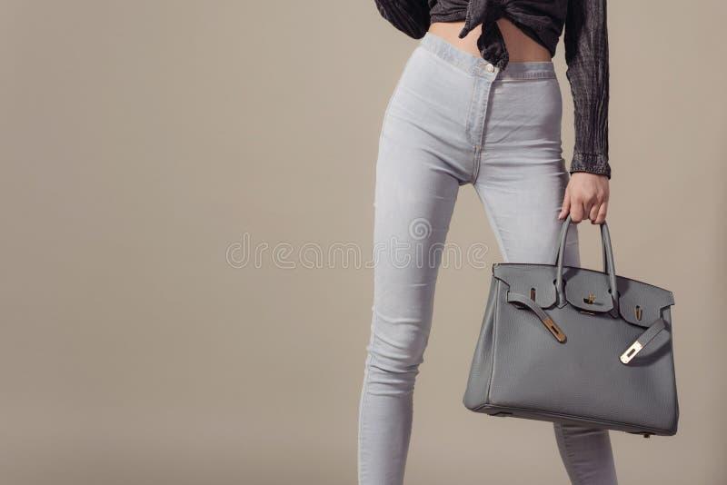 Feche acima da mulher com o saco grande de couro à moda à disposição foto de stock