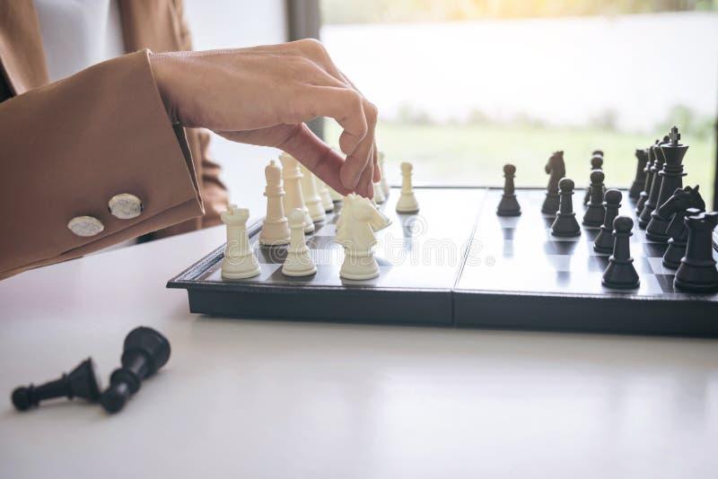 Feche acima da mulher de negócios segura das mãos que joga o jogo de xadrez a fotos de stock royalty free