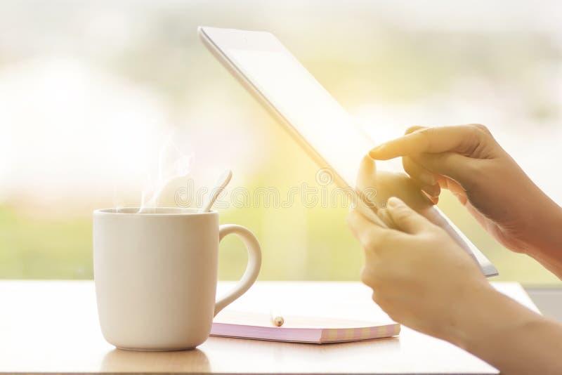 Feche acima da mulher a multitarefas das mãos que usa a tabuleta, o portátil e o cellp fotografia de stock royalty free