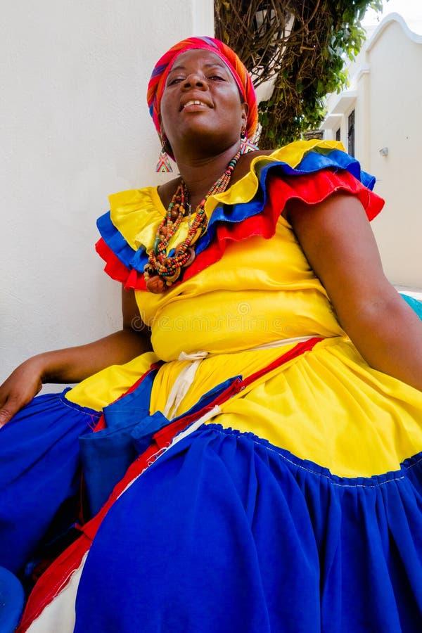 Feche acima da mulher no traje tradicional em Cartagena de Índia, Colômbia fotografia de stock
