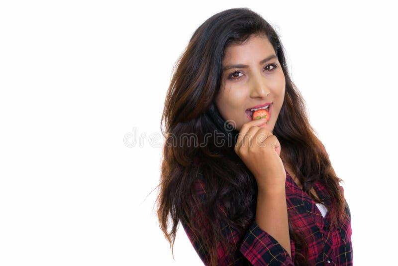 Feche acima da mulher persa feliz nova que sorri ao comer a palha imagens de stock royalty free