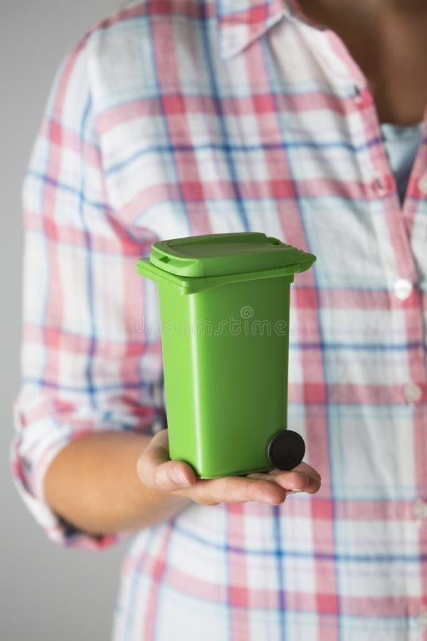Feche acima da mulher que guarda Recycling Bin modelo imagem de stock
