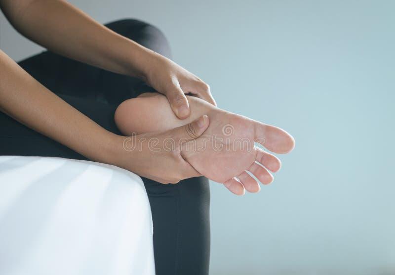 Feche acima da mulher que tem uma única dor do pé, sentimento fêmea esgotado e doloroso imagens de stock