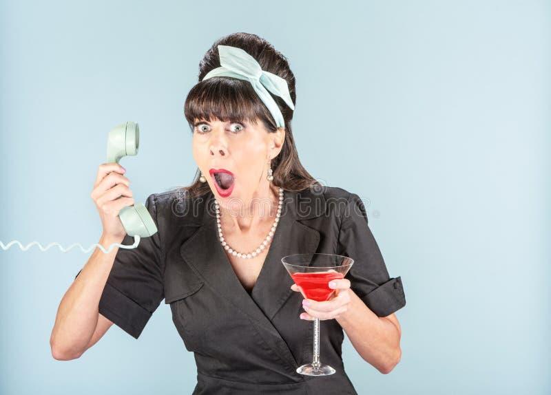 Feche acima da mulher retro chocada no vestido preto com telefone Receiv fotos de stock royalty free