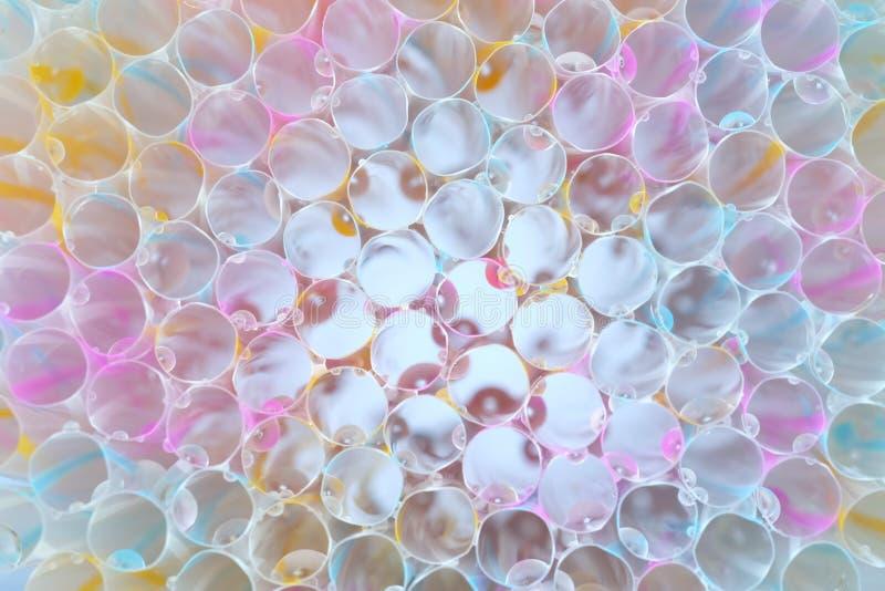 Feche acima da multi palha colorida com luz bonita, palha listrada abstrata com gota da água imagem de stock royalty free