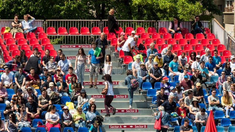 Feche acima da multidão dos povos que apoia seu jogador favorito durante o fósforo do tênis imagens de stock royalty free