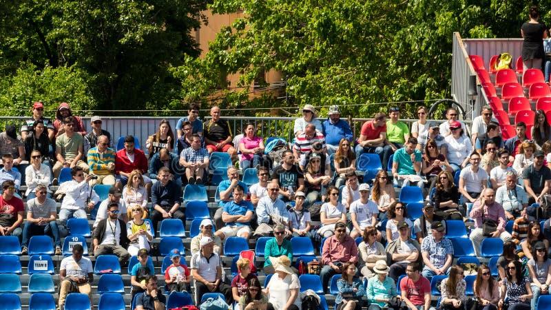 Feche acima da multidão dos povos que apoia seu jogador favorito durante o fósforo do tênis fotos de stock