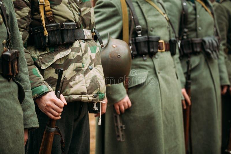 Feche acima da munição militar alemão de um soldado alemão Re-enactors não identificado vestido como o alemão da segunda guerra m foto de stock