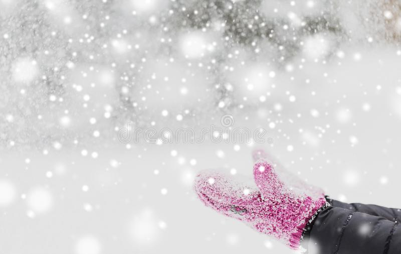 Feche acima da neve de jogo da mulher fora imagens de stock royalty free