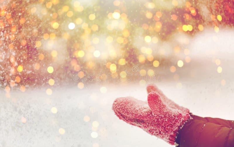 Feche acima da neve de jogo da mulher fora foto de stock