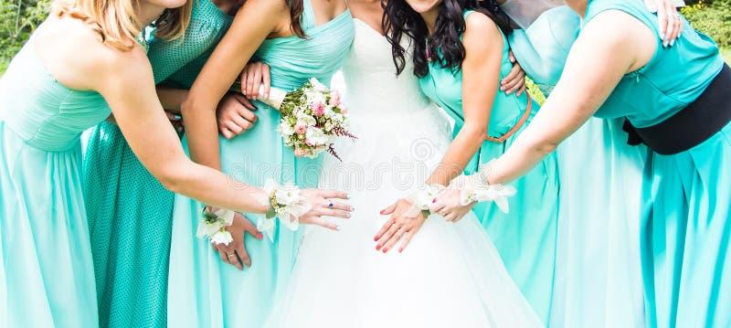 Feche acima da noiva e das damas de honra fotografia de stock