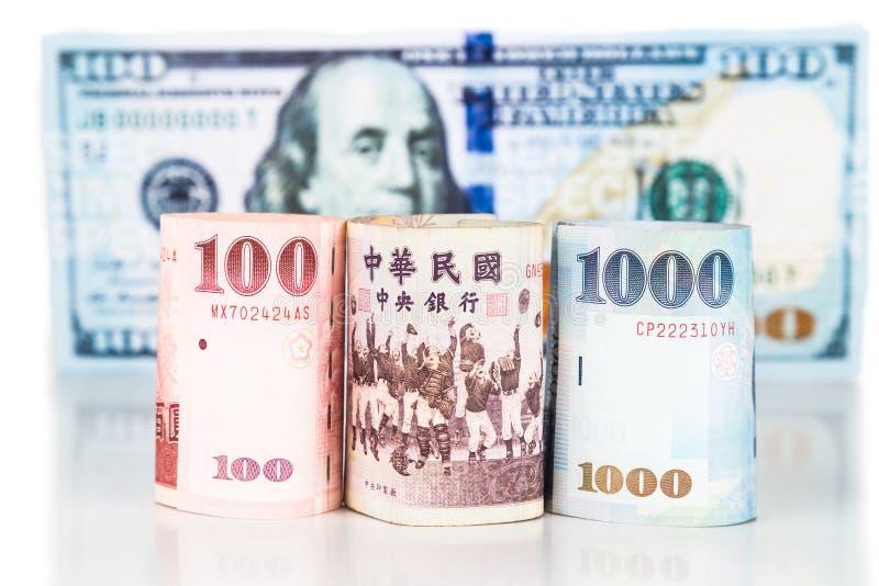 Feche acima da nota nova da moeda de Taiwan contra o dólar americano imagem de stock royalty free