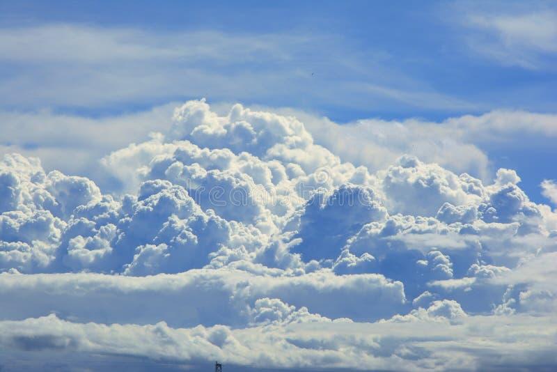 Feche acima da nuvem branca no fundo do c?u azul imagens de stock royalty free