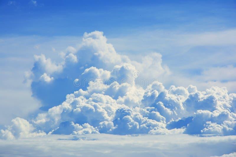 Feche acima da nuvem branca no fundo do c?u azul foto de stock