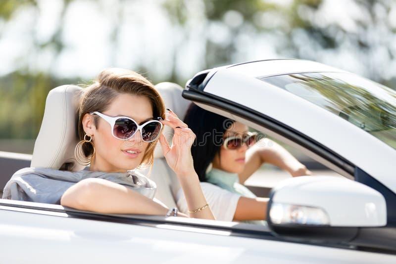Feche acima da opinião as meninas nos óculos de sol no automóvel fotografia de stock royalty free