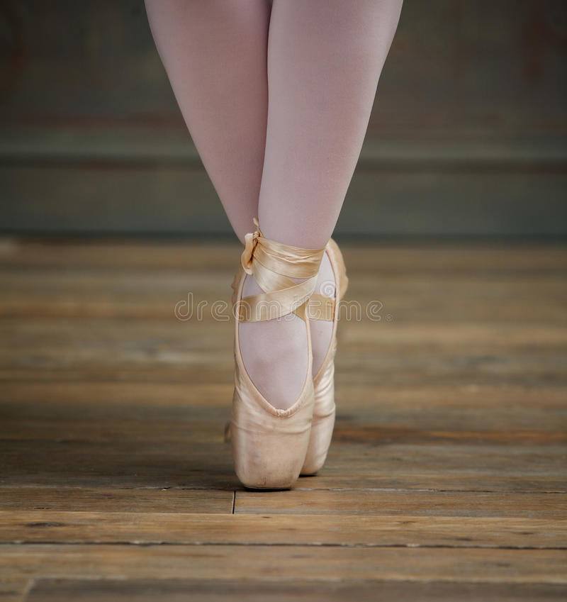 Feche acima da opinião a bailarina que está nos dedos do pé imagens de stock royalty free