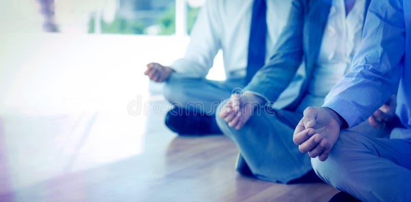 Feche acima da opinião os executivos que fazem a ioga ilustração stock