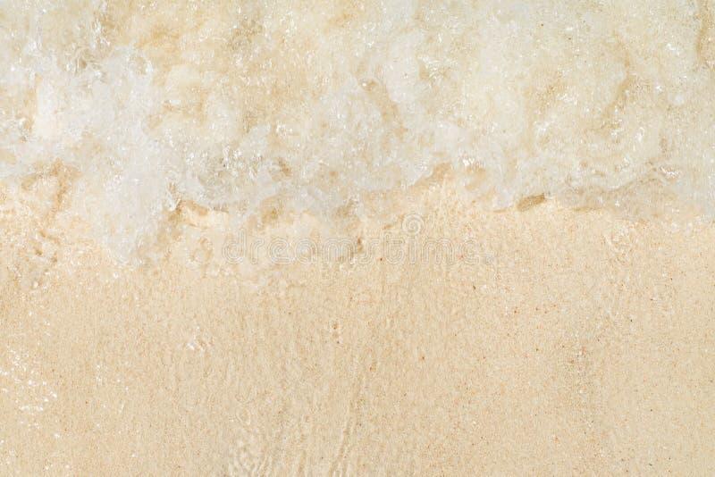 Feche acima da opinião superior da onda da onda no litoral da praia da areia, natureza do mar imagens de stock