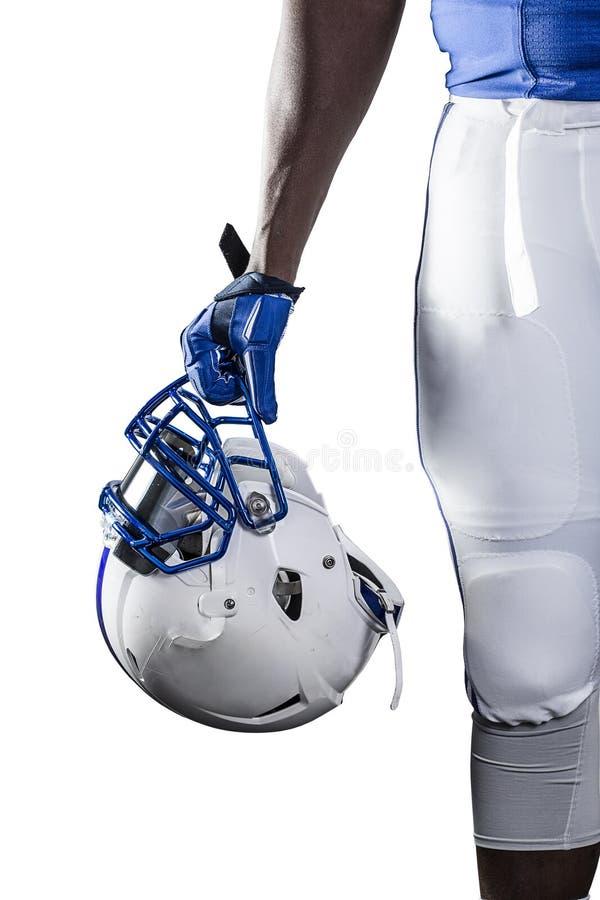 Feche acima da opinião um jogador de futebol americano que guarda seu capacete fotografia de stock royalty free