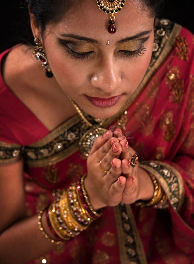 Feche acima da oração indiana da mulher fotografia de stock