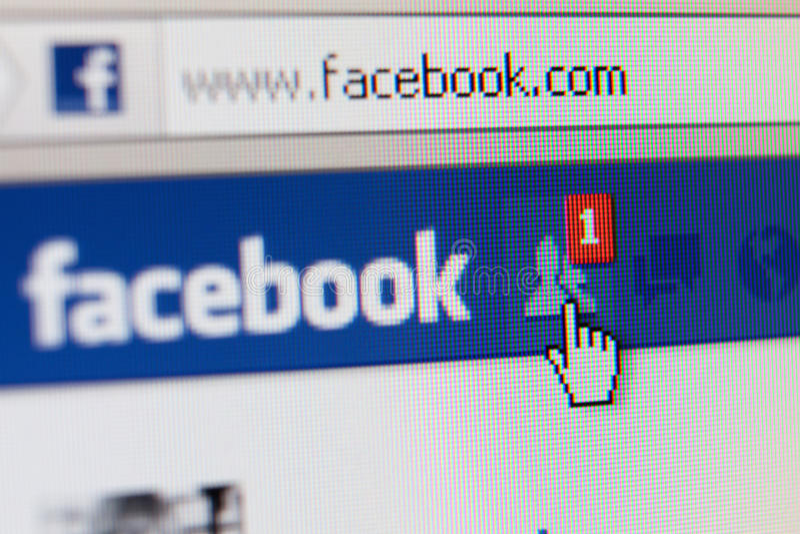 Feche acima da página do facebook com pedido do amigo foto de stock