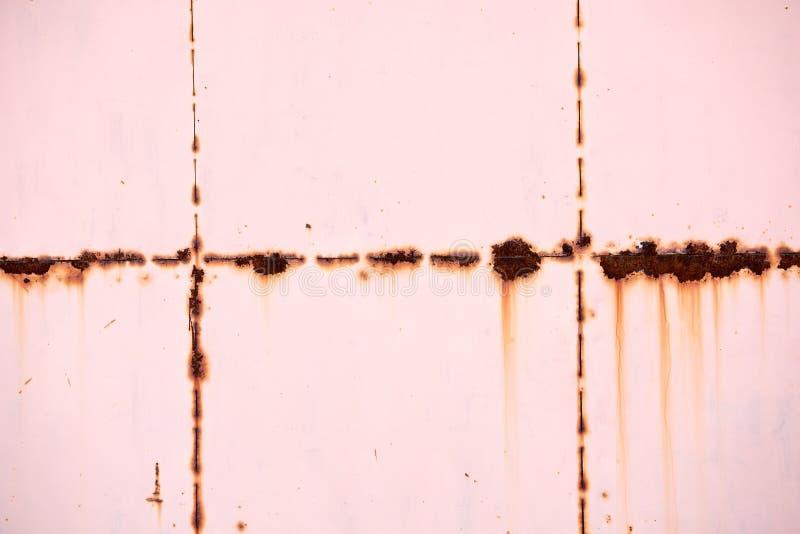 Feche acima da parede oxidada da porta ou do metal foto de stock