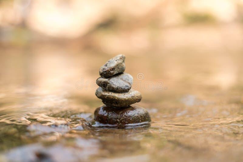 Feche acima da pedra empilhada no rio da água fotos de stock royalty free