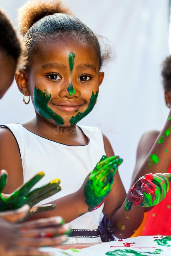 Feche acima da pintura africana da menina com amigos fotografia de stock