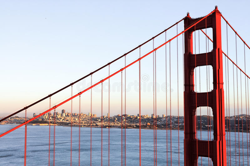 Feche acima da ponte de porta dourada em San Francisco imagens de stock royalty free