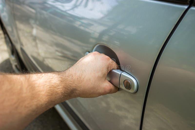 Feche acima da porta de carro masculina humana da abertura da mão fotos de stock