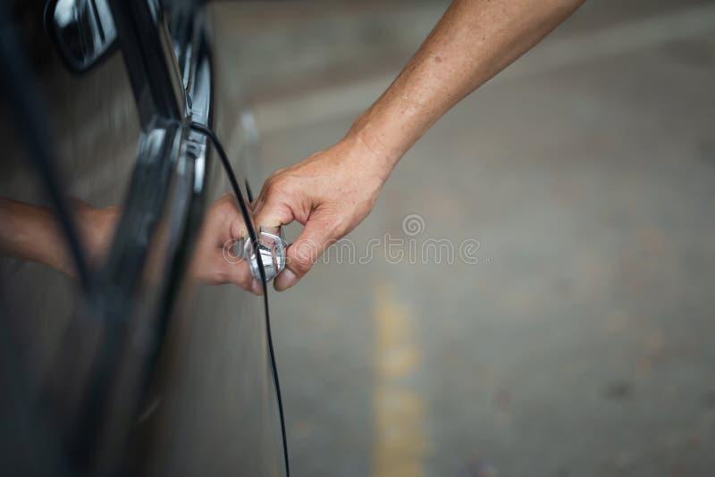 Feche acima da porta de carro masculina humana da abertura da mão, imagens de stock royalty free