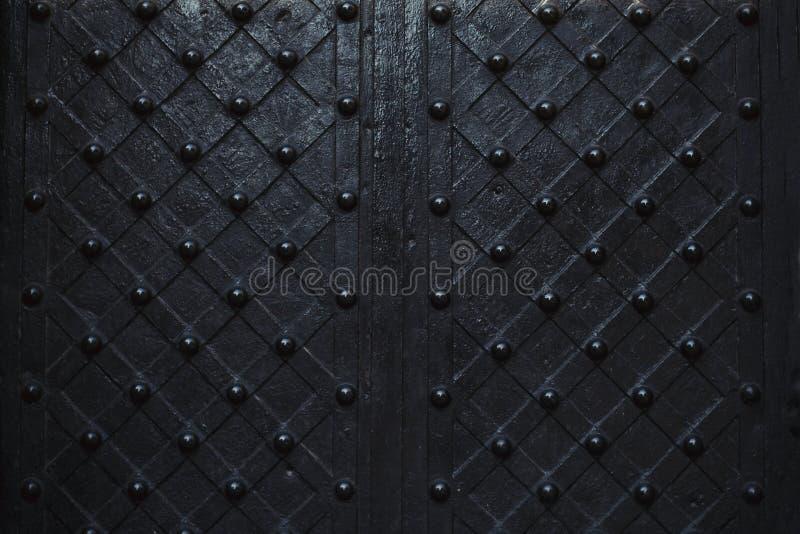 Feche acima da porta do ferro com ornamento imagem de stock royalty free