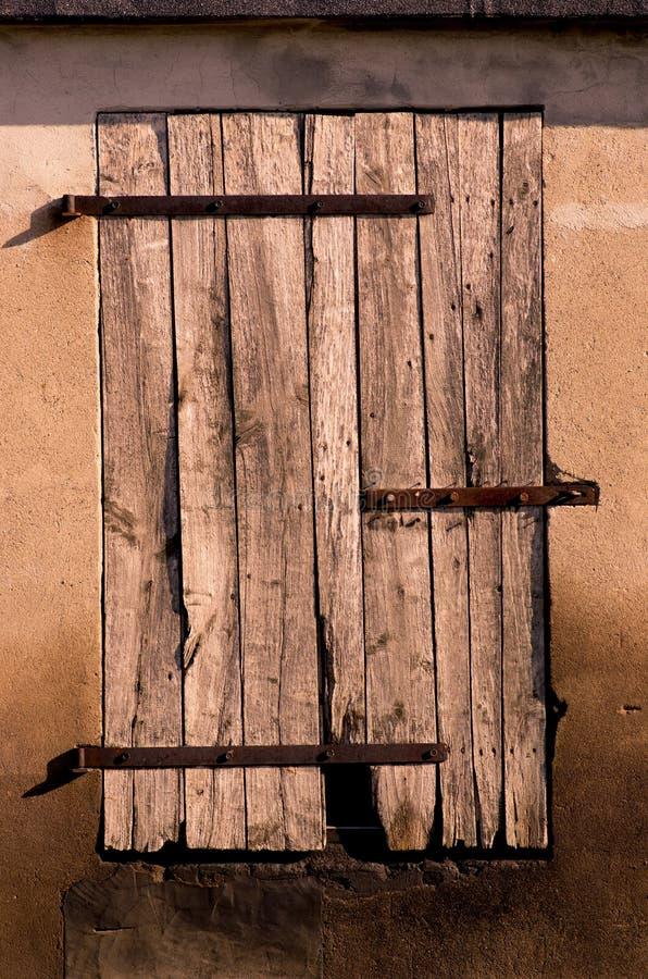 Feche acima da porta velha do celeiro da oxidação na terra da agricultura fotografia de stock